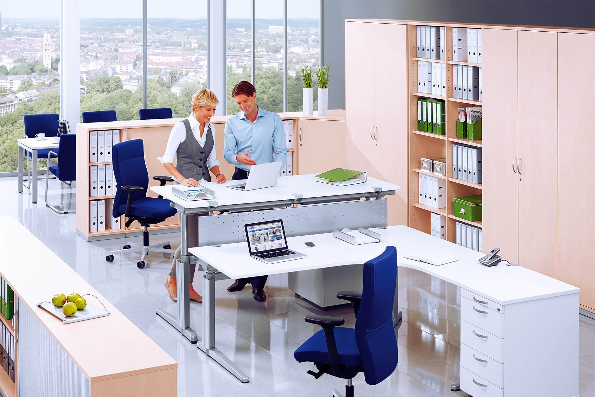 Helle Büroszene mit Tisch von DELTA-V   eggheads.net