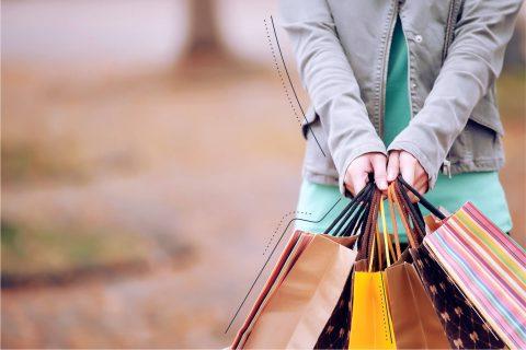 Bild von vielen Einkaufstüten die von 2 Händen zusammengehalten werden. | eggheads.net