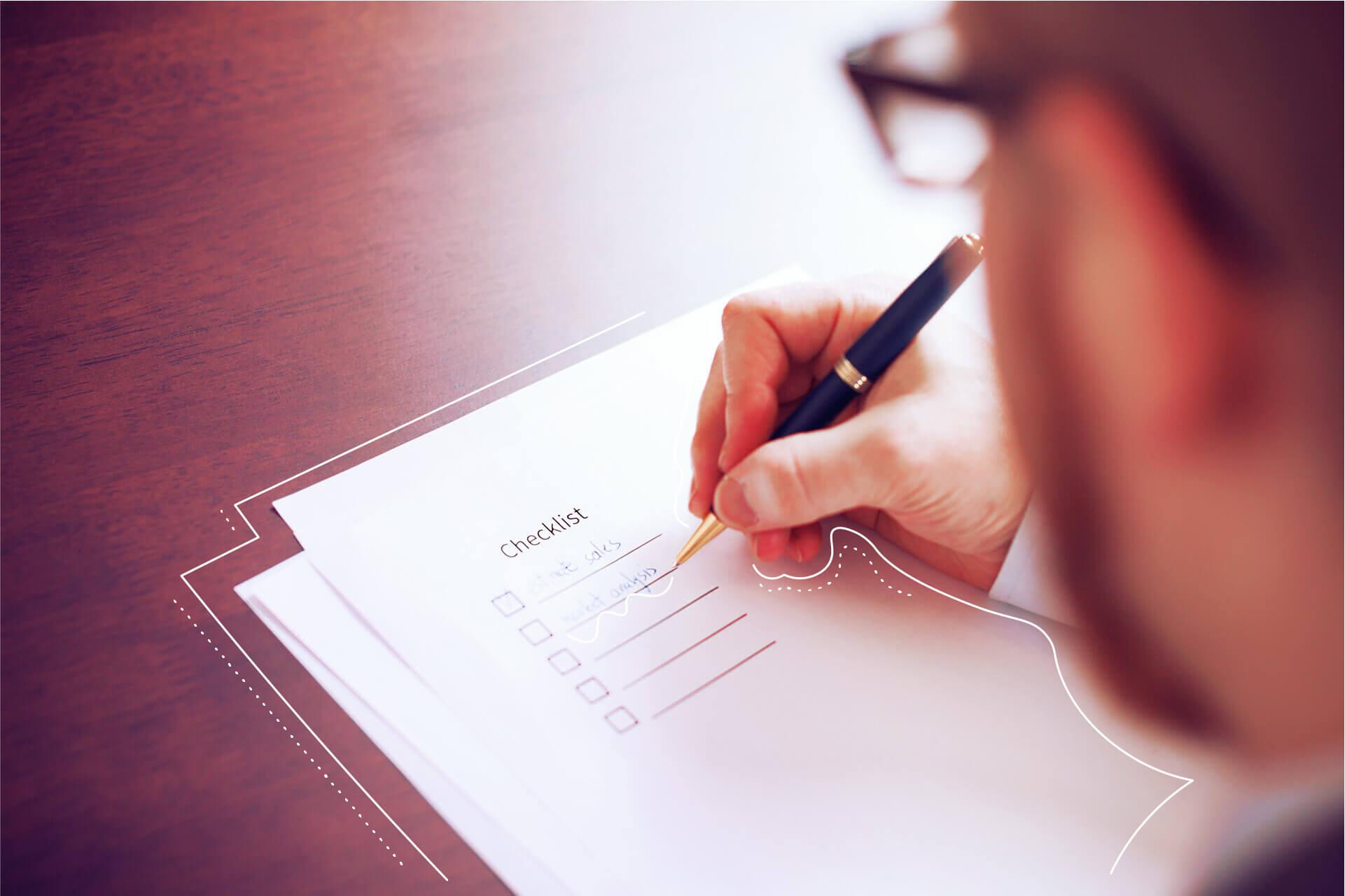 Mann füllt Liste mit Kugelschreiber aus | eggheads.net