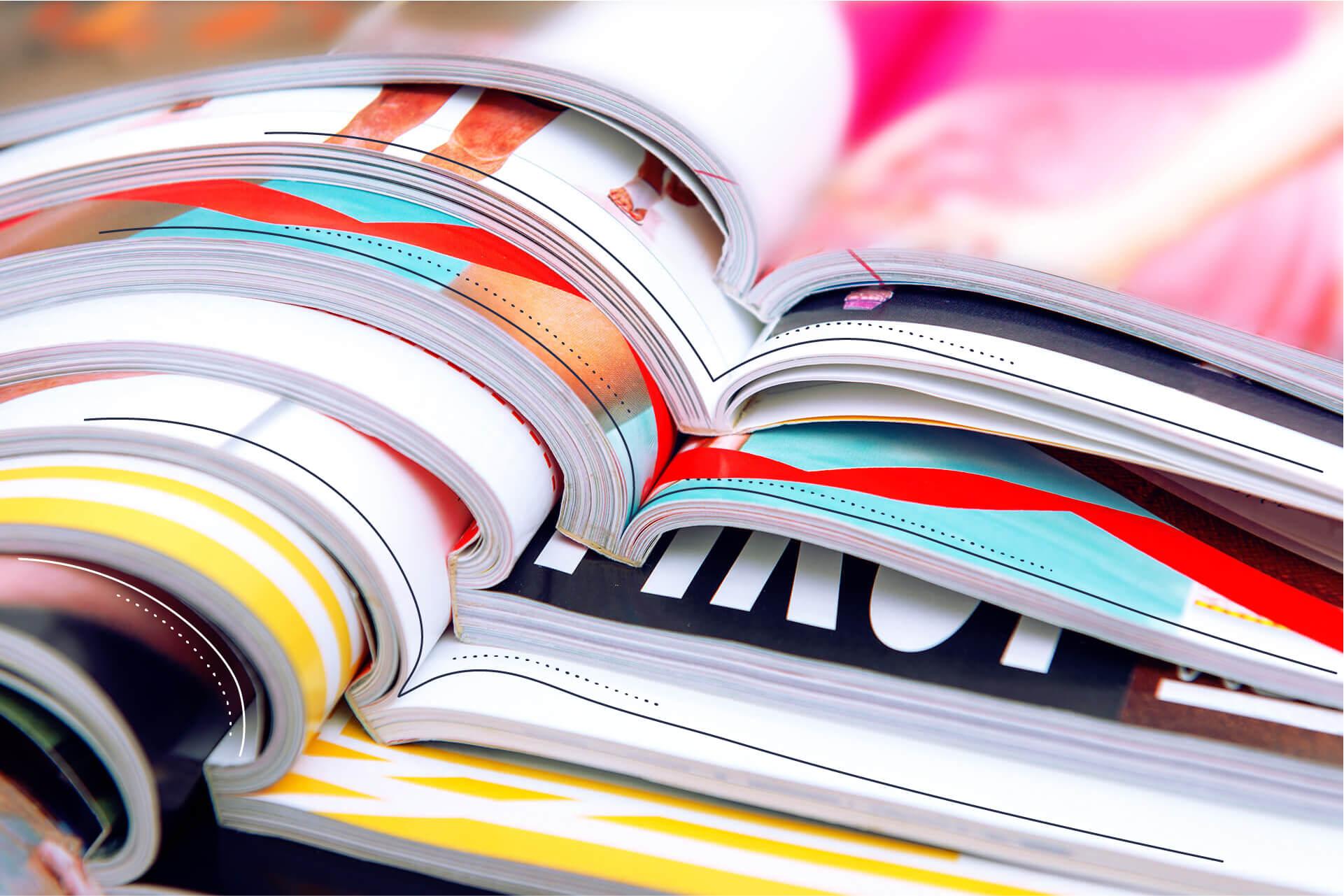 Gestapelte aufgeschlagene bunte Magazine | eggheads.net