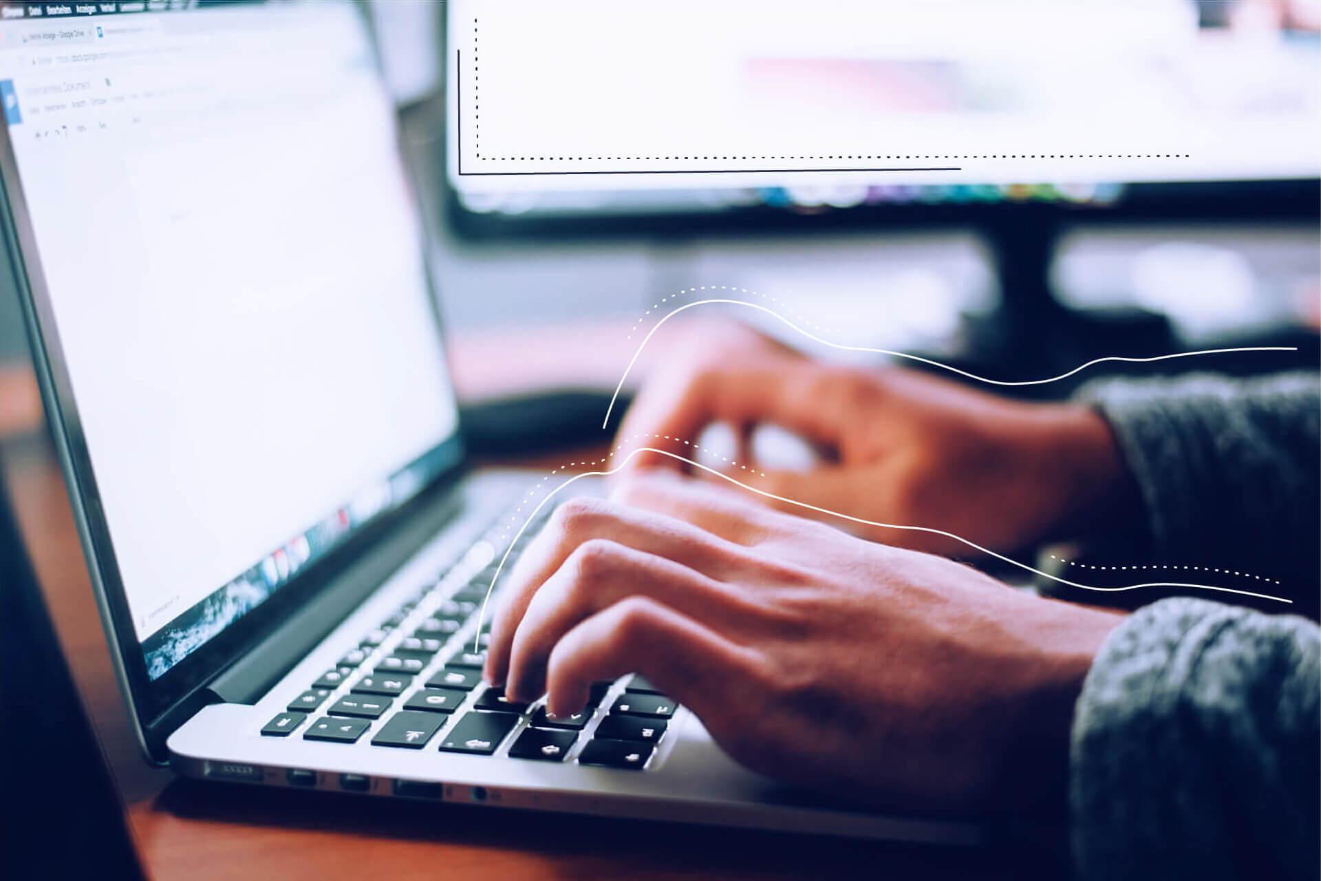 Hände die an einem Laptop tippen | eggheads.net