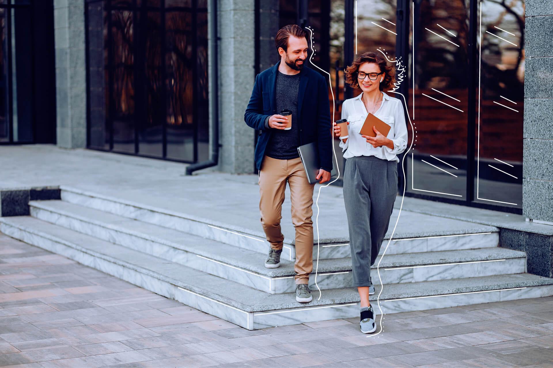 Frau und Man mit Laptop steigen Stufen herab | eggheads.net