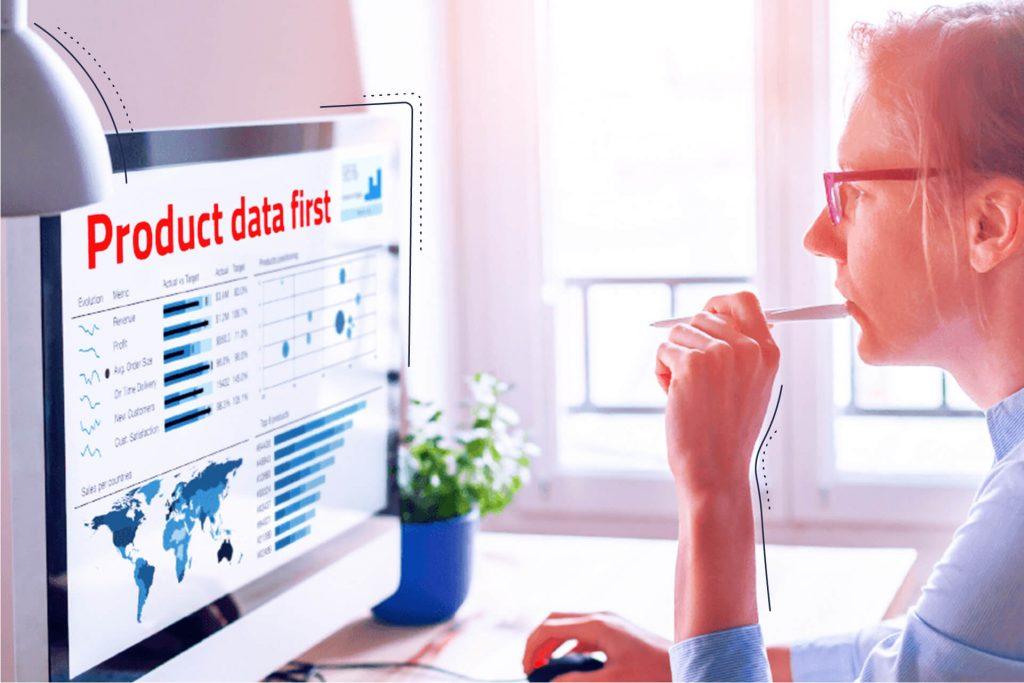 Bild einer Frau vor einem Desktop in dem in roten Buchstaben: