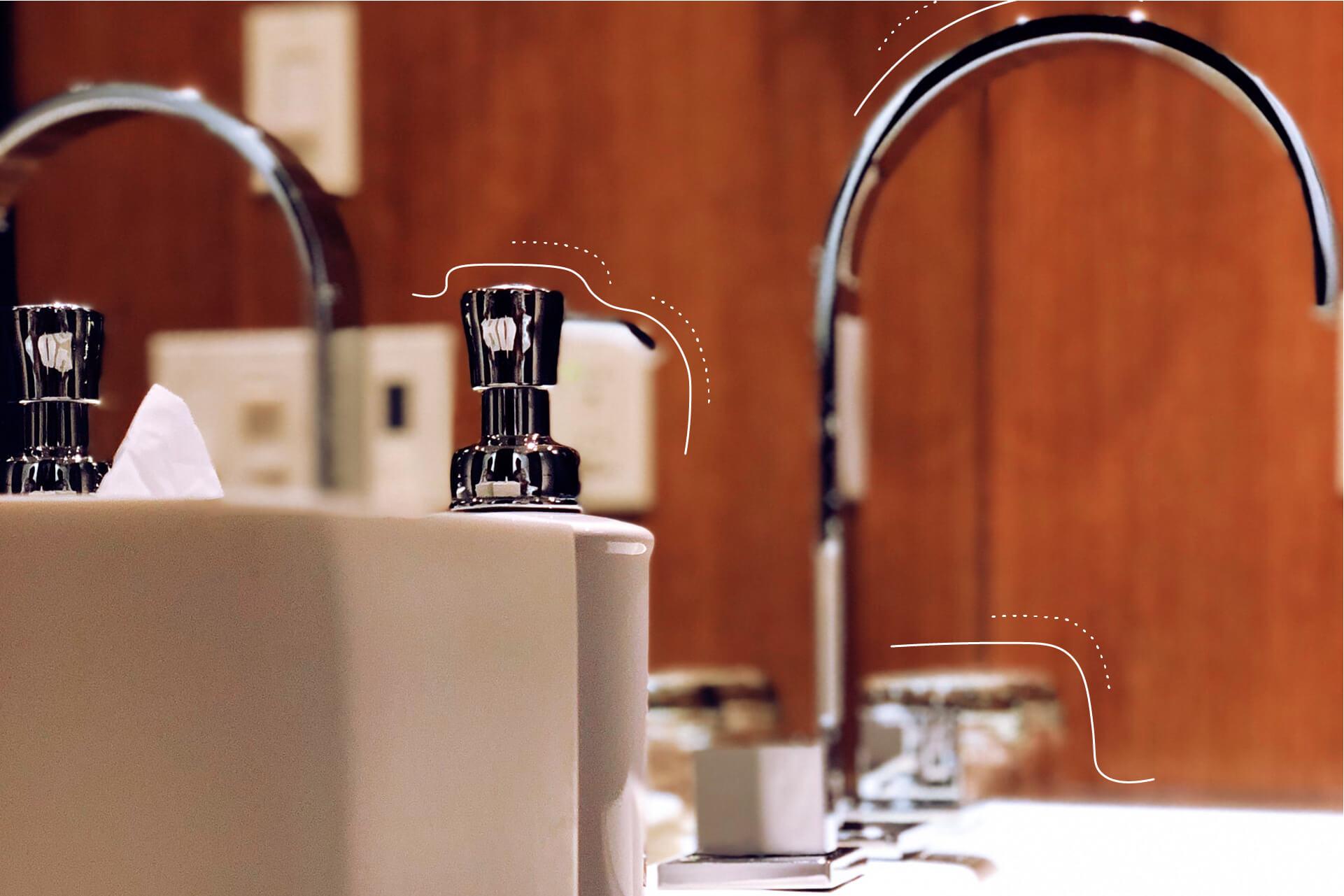 Armaturen eines Waschbeckens.   eggheads.net