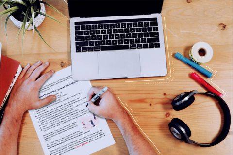 Bild eines Schreibtisches mit der Corona Checkliste von eggheads oben drauf. | eggheads.net