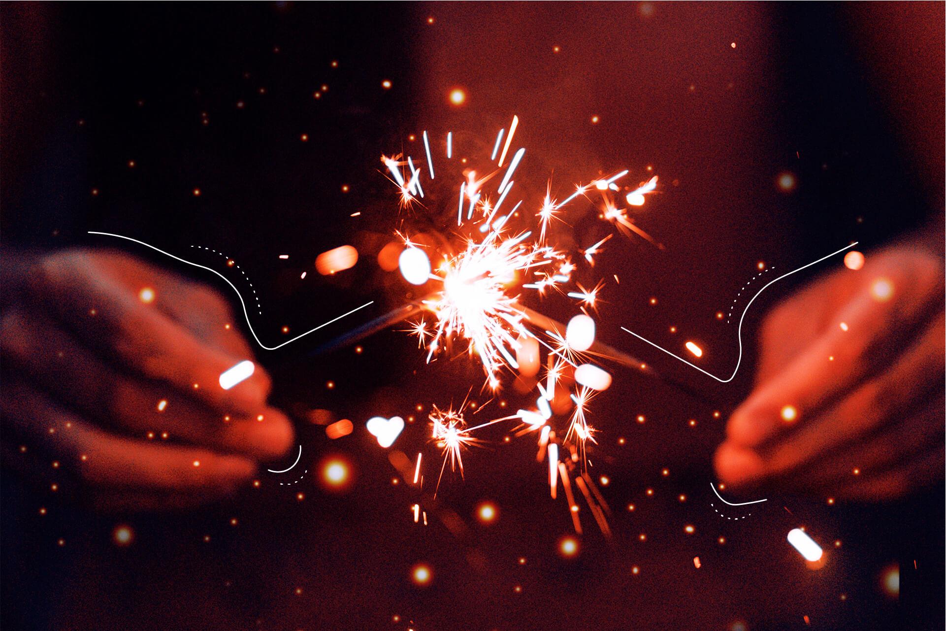 Zwei Hände die je eine Wunderkerze halten. | eggheads.net