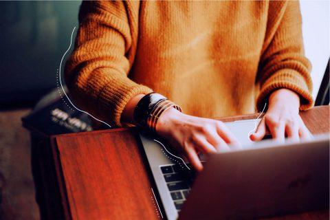 Bild eines Laptops vor dem eine Person sitzt, die an ihm arbeitet. | eggheads.net