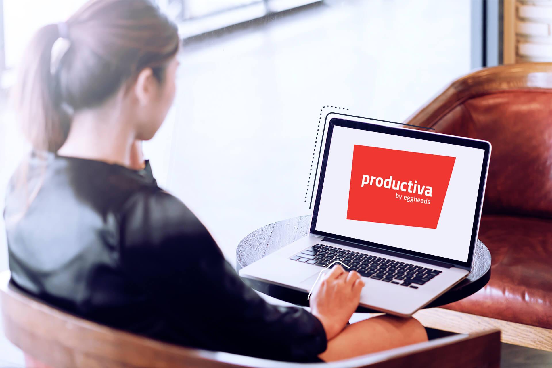 Bild einer Frau, die auf einen Laptop mit rotem productiva Logo guckt. eggheads Logo productiva rot, rote Stage mit weißem Schrift zu in der Mitte: