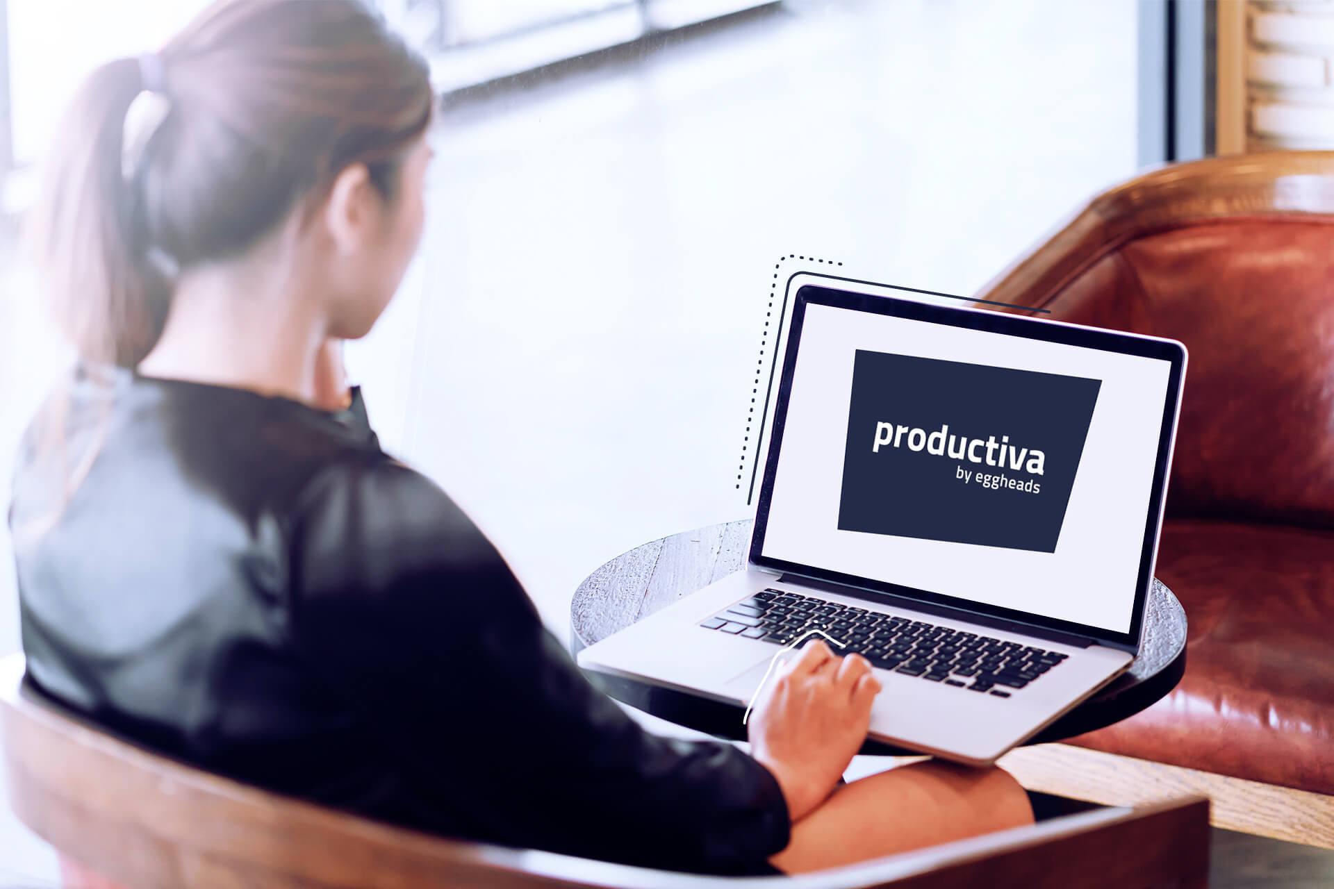 Bild von einer Frau, die auf einen Laptop mit blauem productiva Logo guckt. eggheads Logo productiva rot, rote Stage mit weißem Schrift zu in der Mitte:
