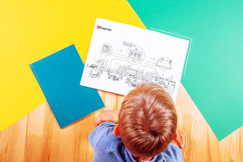 Ein Junge der auf ein Ausmalbild von eggheads guckt.   eggheads.net