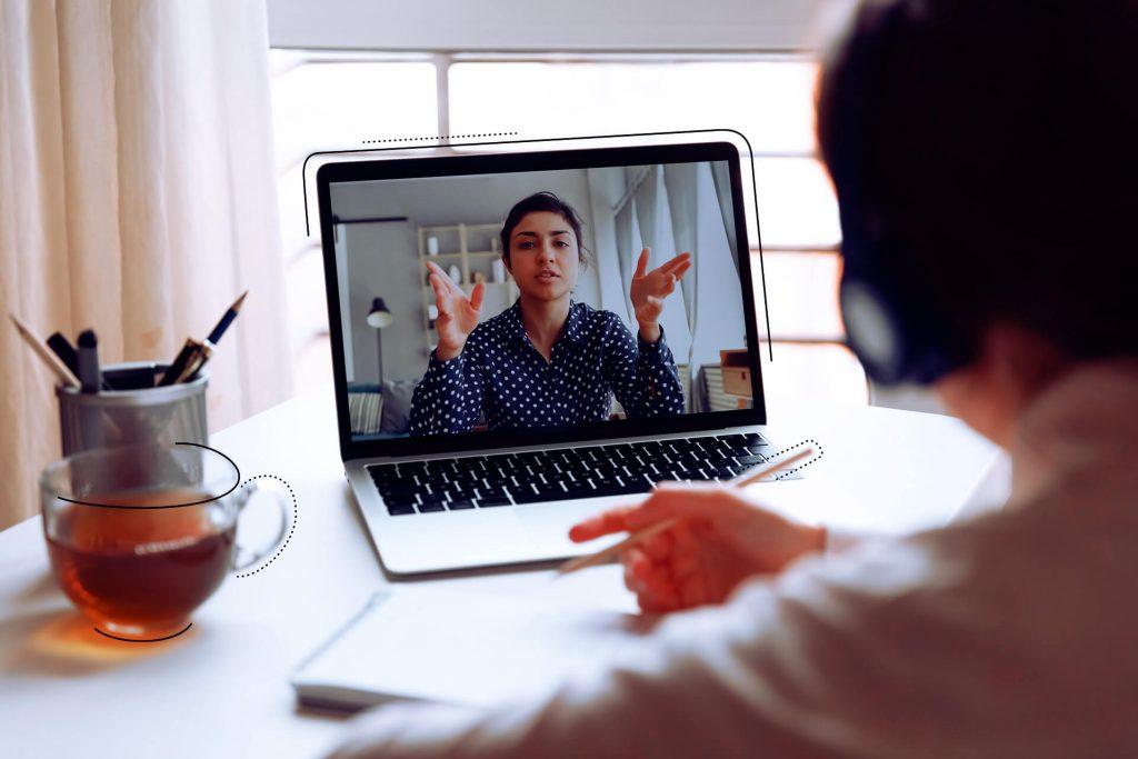 Online-Session Situation mit einer Frau die man in einem Laptop sieht zur Visualisierung des eggheads days | eggheads.net
