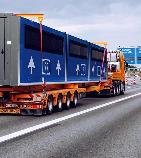 LKW mit Straßenverkehrsschildern von Bremicker | eggheads.net